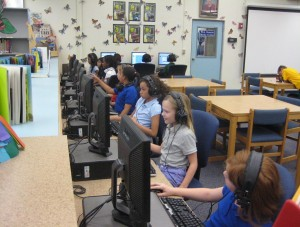 Students learn to use PowerPoint at Mariposa Elementary media center