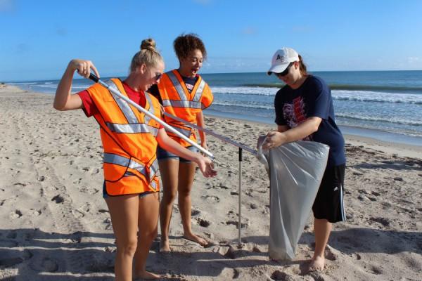 SLW Centennial's Girl Volleyball Team Cleans Up Local Beach